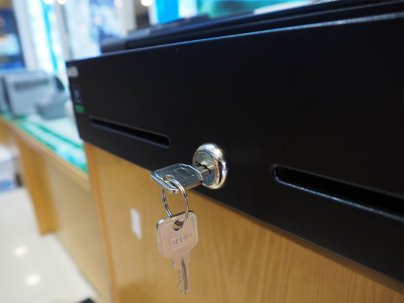 Mở ngăn kéo đựng tiền khi không có chìa khóa